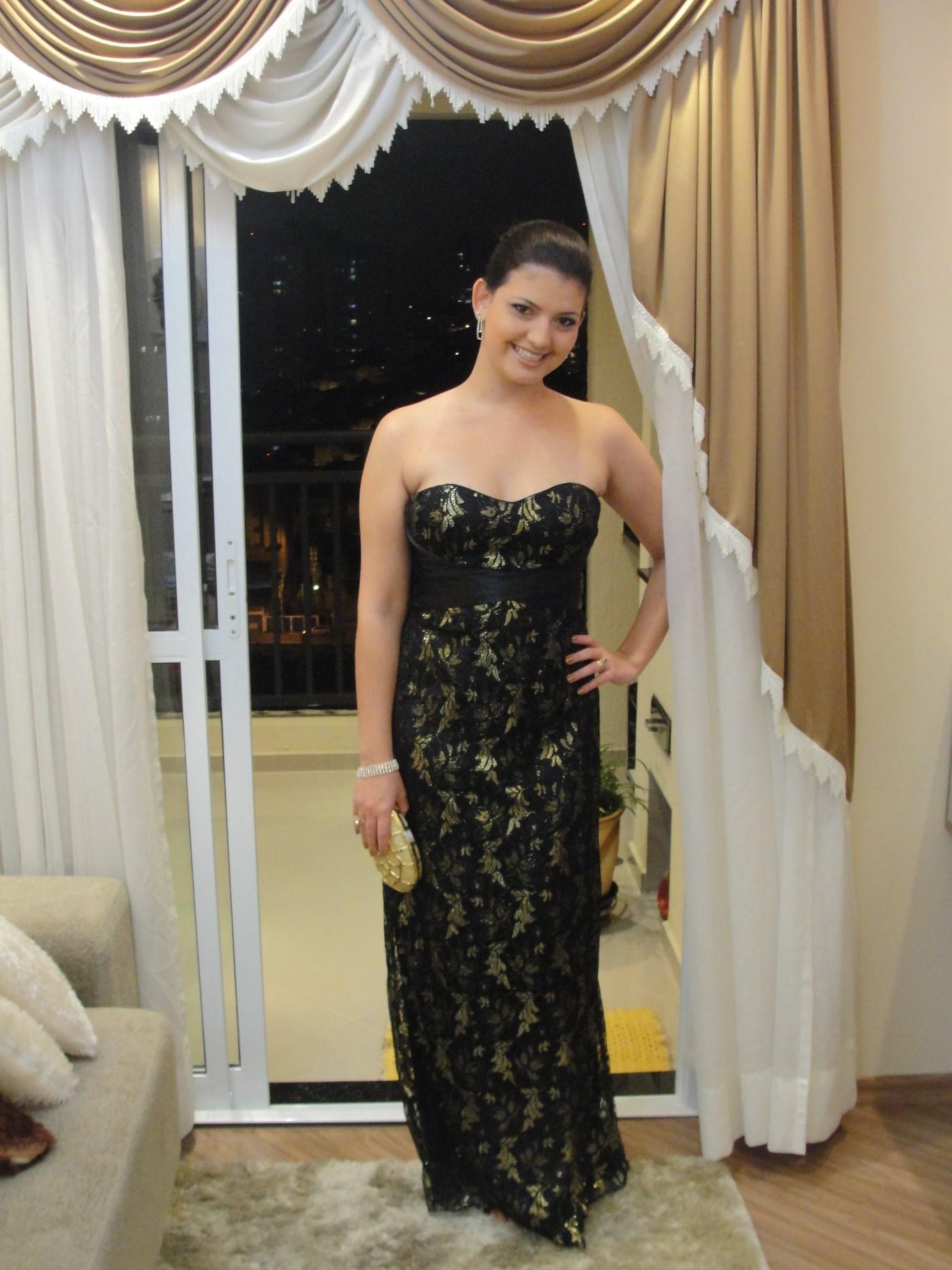 Vestido longo preto com renda dourada