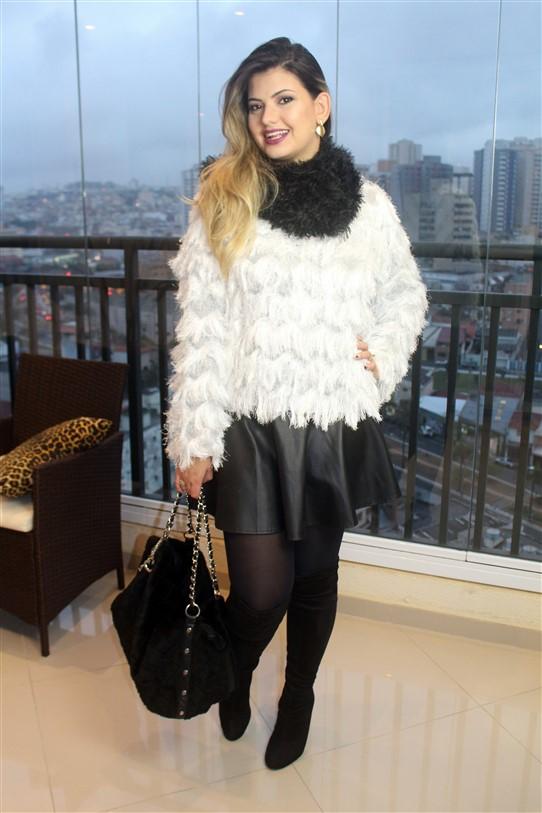 Look Blusinha de pelinhos brancos