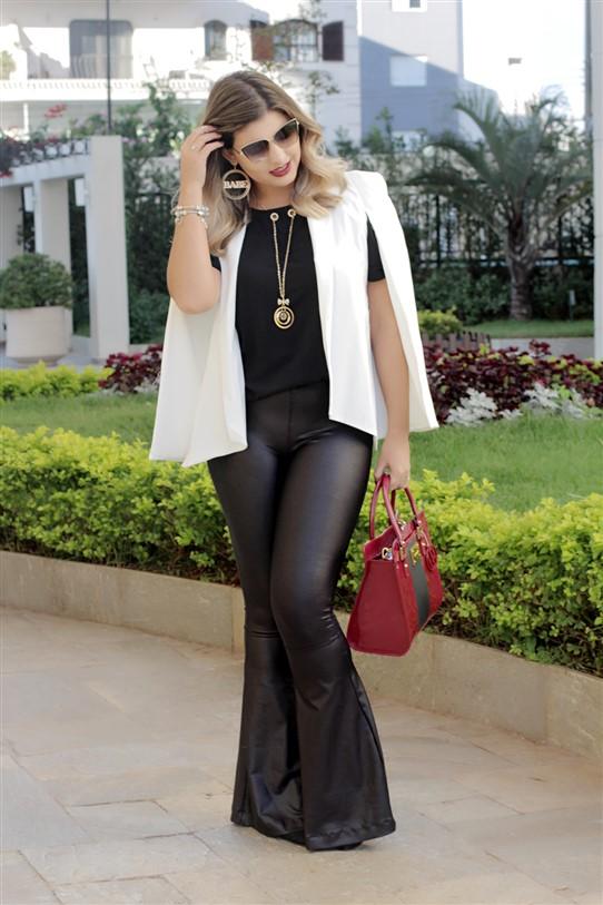 Look calça flare e blazer capa branco (2)