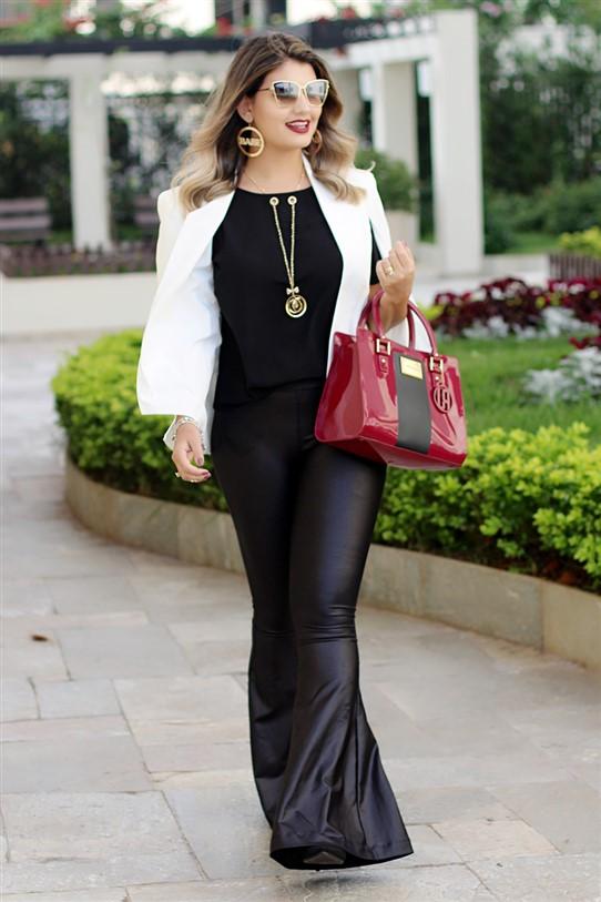 Look calça flare e blazer capa branco (5)